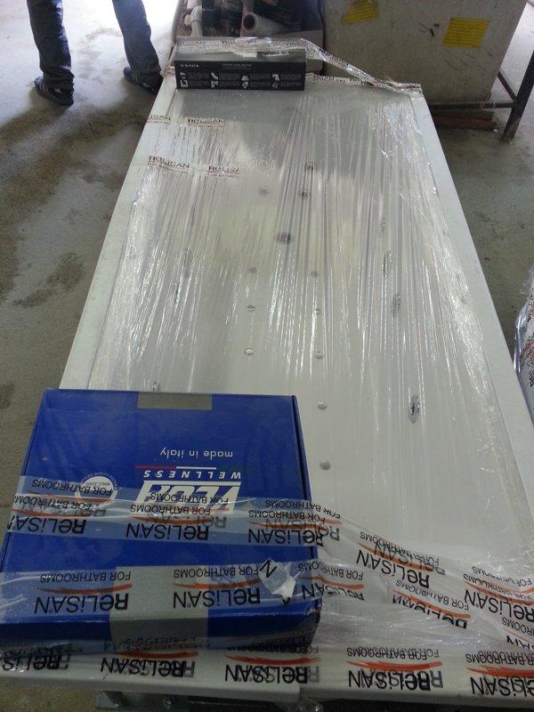 Упакованная для траспортировки ванна Астра форм Нейт 170. Гидромассаж, аэромассаж, спинной массаж, хромотерапия
